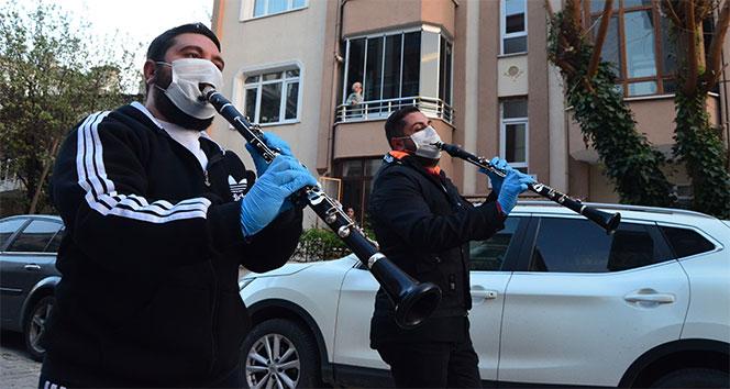 Müzisyenler çaldı, vatandaşlar evde göbek attı